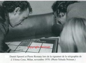 D. Spoerri et P. Restany lors de la signature de la sérigraphie de l'Ultima Cena, Milan, nov. 1970 (photoY. Neiman)/ reproduite in Pierre Restany, Nouveau Réalisme, 1960-1990, La Différence,
